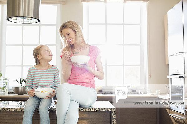 Fröhlichkeit Küche Tochter Mutter - Mensch Frühstück