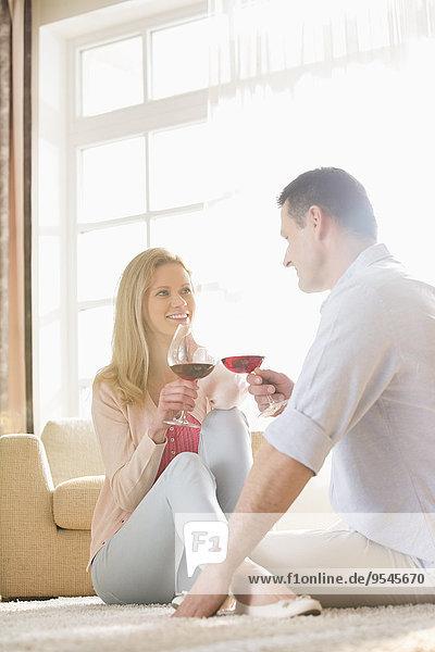 Interior zu Hause Fröhlichkeit sehen Rotwein