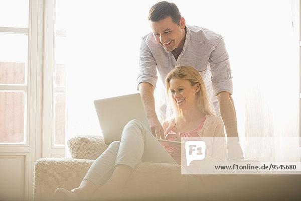 Interior zu Hause Zusammenhalt benutzen Fröhlichkeit Notebook