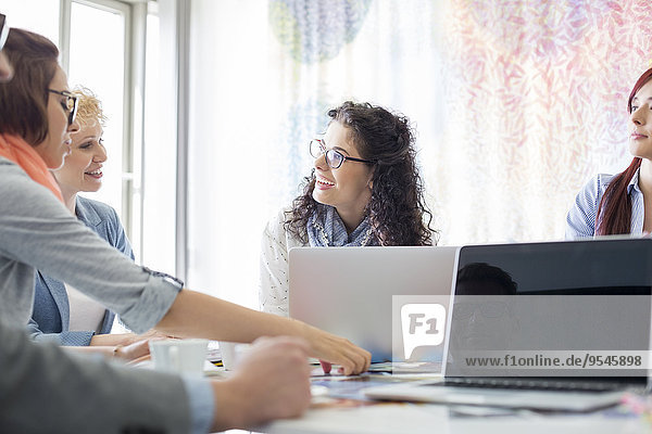 Fröhlichkeit Wirtschaftsperson Diskussion Kreativität Büro Besuch Treffen trifft