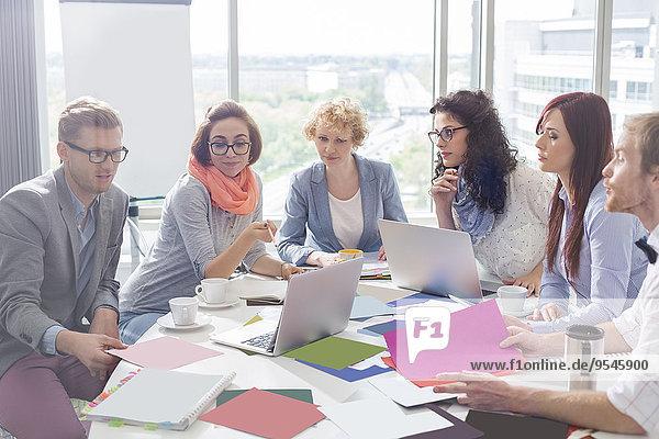 Geschäftsbesprechung Kreativität Fotografie Büro Analyse Kollege Tisch Business Konferenz