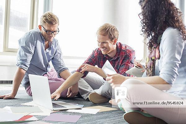 Organisation organisieren Notebook Geschäftsmann Kreativität erklären Büro Kollege