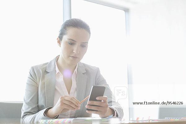Handy benutzen Geschäftsfrau Büro jung