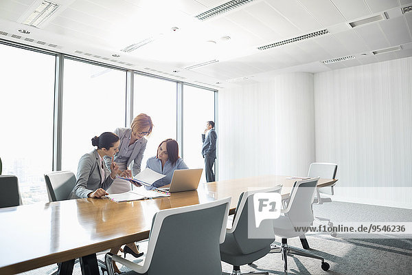 Geschäftsfrau sehen Geschäftsbesprechung Besuch Treffen trifft Dokument Konferenz