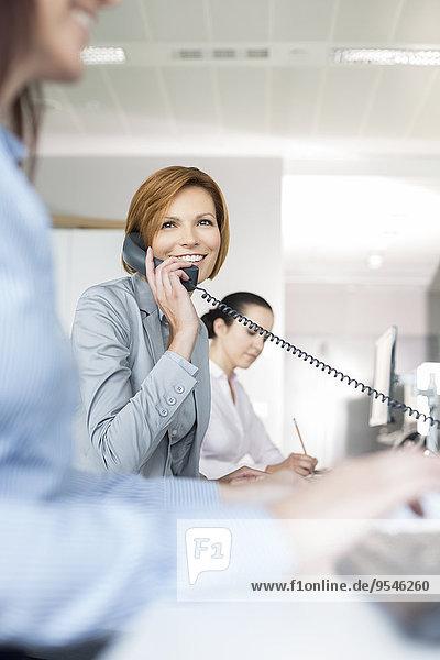 benutzen Geschäftsfrau lächeln Telefon Büro jung