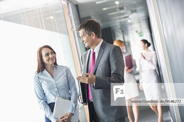 Korridor Korridore Flur Flure sprechen Geschäftsmann Kollege gehen Büro