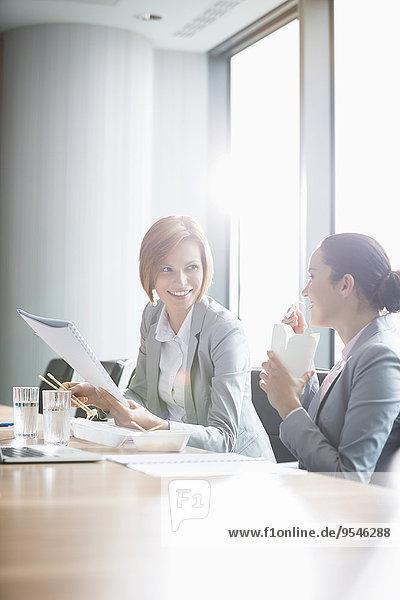 Geschäftsfrau arbeiten Büro jung Tisch Mittagessen