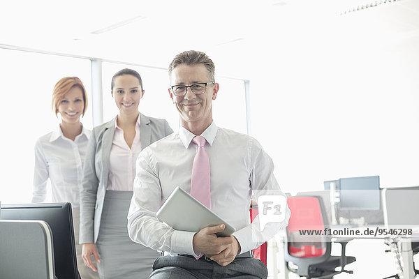 Portrait Computer Fröhlichkeit Geschäftsmann halten Hintergrund Büro Kollege Tablet PC
