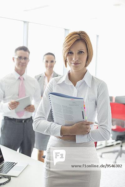 Portrait Geschäftsfrau Buch halten Hintergrund Büro Kollege Hoffnung Taschenbuch