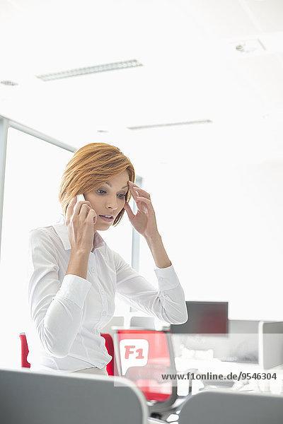 Handy benutzen Geschäftsfrau Schock Büro