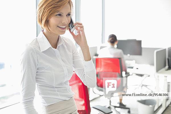 Handy Geschäftsfrau sprechen Hintergrund Büro jung Kollege