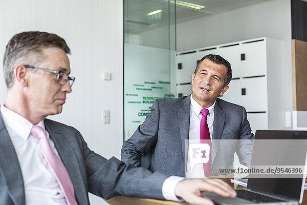 Diskussion Geschäftsmann reifer Erwachsene reife Erwachsene Büro