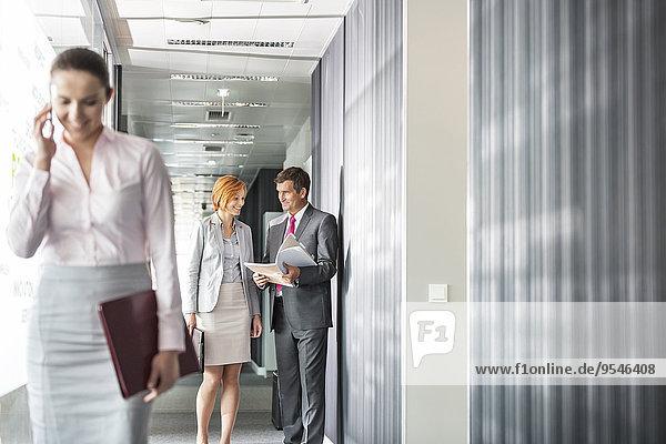 Handy Korridor Korridore Flur Flure benutzen Mensch Diskussion Kollege Menschen Fokus auf den Vordergrund Fokus auf dem Vordergrund Business