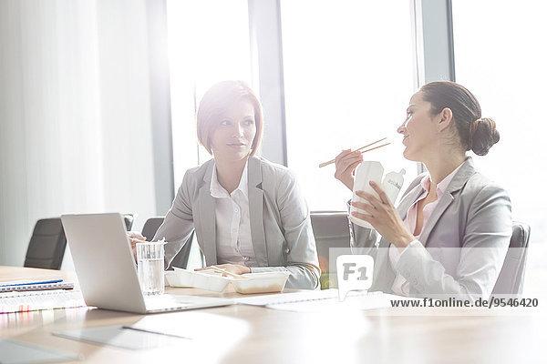Geschäftsfrau Büro jung Tisch Mittagessen