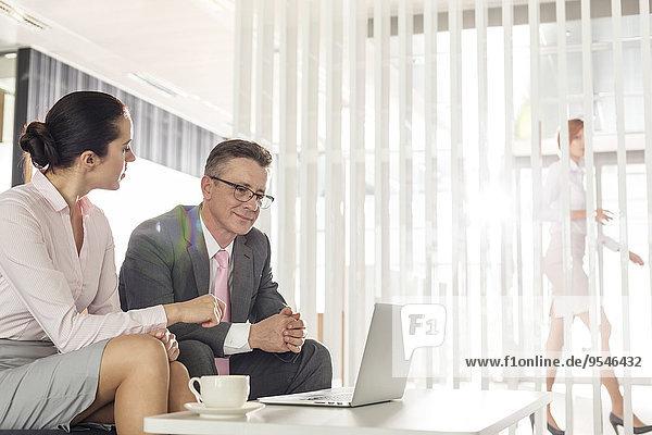 Geschäftsfrau Diskussion Geschäftsmann Büro