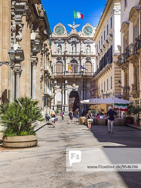 Italien  Sizilien  Trapani  Altstadt  Einkaufsstraße Corso Vittoria Emanuelle  Palazzo Cavarretta im Hintergrund