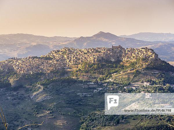 Italien  Sizilien  Provinz Enna  Blick von Enna auf das Bergdorf Calascibetta