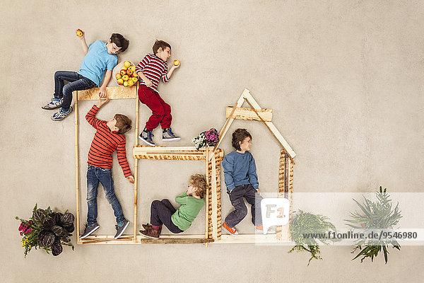 Kinder spielen im Freien  bauen Holzhütte