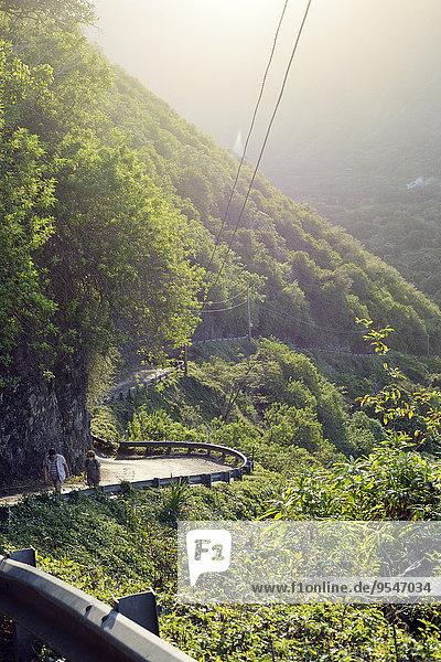 USA  Hawaii  Big Island  Waipio Valley  zwei Wanderer bei Abendlicht