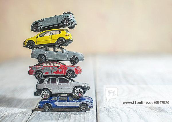 Stapel von alten Spielzeugautos