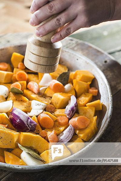 Zubereitung von Kürbis und Gemüse