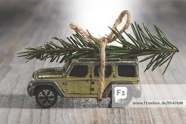 SUV-Autospielzeug mit Weihnachtsbaum auf dem Dach
