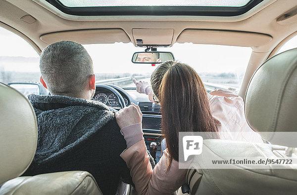 Paar im Auto unterwegs