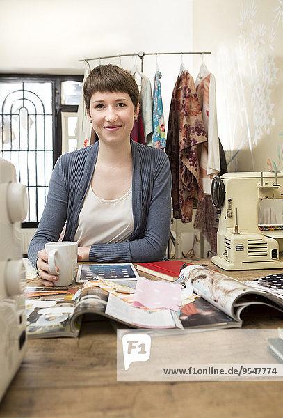 Porträt einer Modedesignerin am Arbeitsplatz
