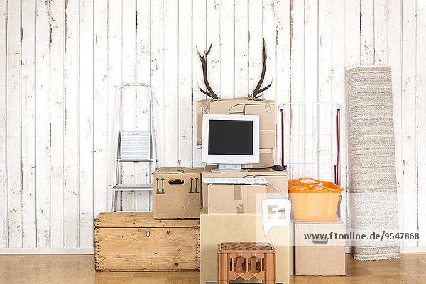 Behelfsmäßiges Home-Office mit PC auf Kartonagen