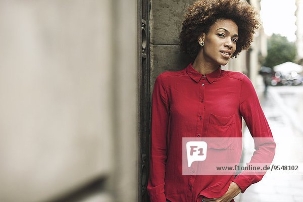 Junge Frau in roter Bluse