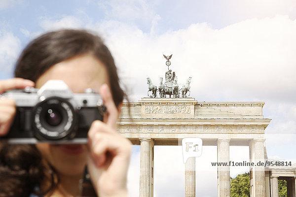 Deutschland  Berlin  Touristin vor dem Brandenburger Tor fotografiert Zuschauerin Deutschland, Berlin, Touristin vor dem Brandenburger Tor fotografiert Zuschauerin