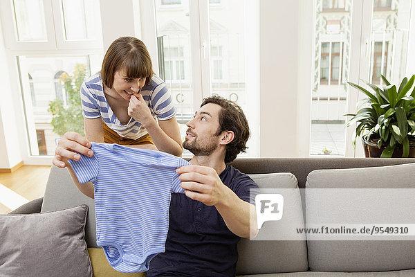 Werdende Eltern mit blauem Babyshirt