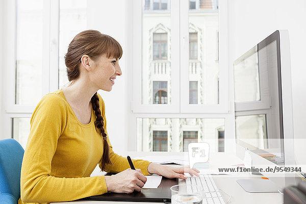 Frau  die im Home-Office arbeitet