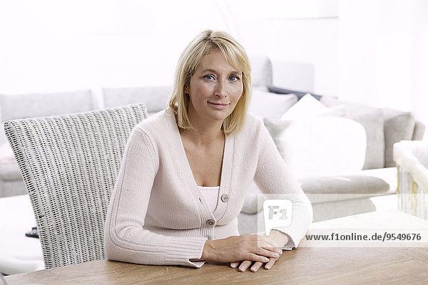 Porträt einer reifen blonden Frau