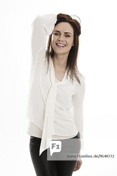 Porträt der glücklichen jungen Frau vor weißem Hintergrund