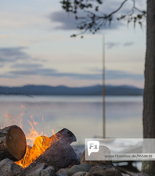 Schweden  Lappland  Norrbotten County  Kvikkjokk  Lagerfeuer am See Saggat