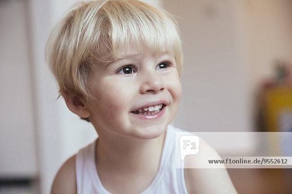 Porträt des lächelnden kleinen Jungen Porträt des lächelnden kleinen Jungen