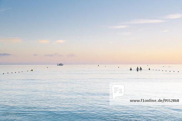 Spanien  Balearen  Mallorca  Drei Personen schwimmen im Meer