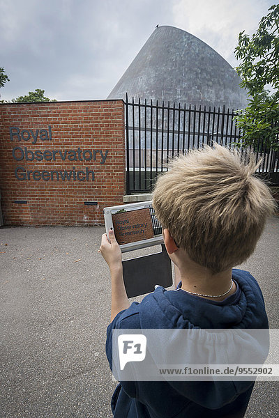 UK  London  Junge fotografiert Greenwich Observatorium mit seinem digitalen Tablett