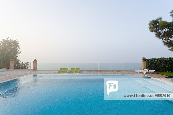 Spanien  Balearen  Mallorca  Schwimmen und Sicherheitsglasgeländer