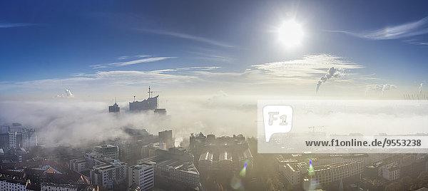 Deutschland  Hamburg  Elbphilharmonie und Hafen im dichten Nebel Deutschland, Hamburg, Elbphilharmonie und Hafen im dichten Nebel