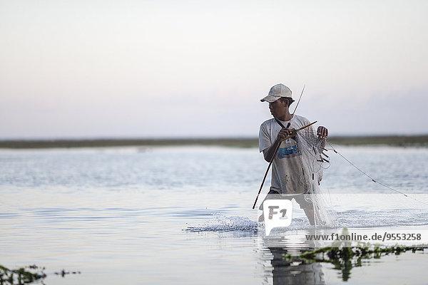 Indonesien  Bali  Fischer bei der Arbeit im Meer