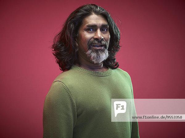 Porträt des überraschten Mannes vor rotem Hintergrund