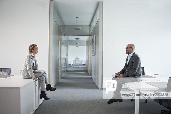Zwei Kollegen sitzen auf der Büroetage