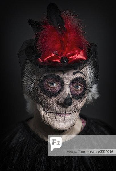 Seniorin mit Zuckerschädel-Make-up