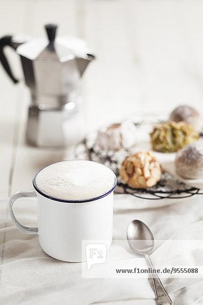 Tasse Cappuccino  italienische Mandelplätzchen und Espressodose