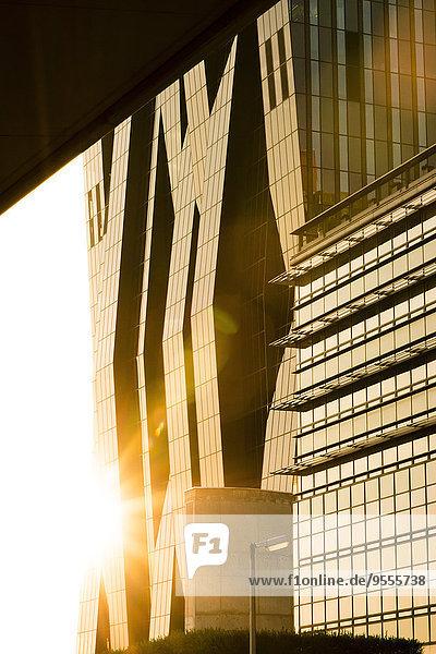 Österreich  Wien  Donau City  Teil der Fassade des DC Tower im Gegenlicht