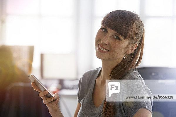 Lächelnde Frau mit Handy