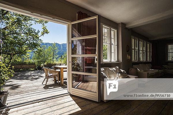 Geräumiges Wohnzimmer mit Blick auf die Terrasse