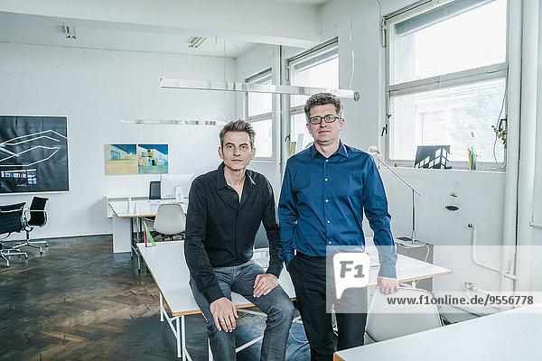 Porträt zweier Designer in ihrem Atelier